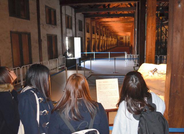 全長104メートルの大空間が見渡せる東繭倉庫2階=富岡市の富岡製糸場