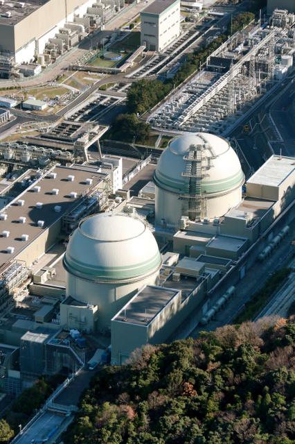 関西電力高浜原発の3号機(奥)と4号機=福井県高浜町、朝日新聞社ヘリから
