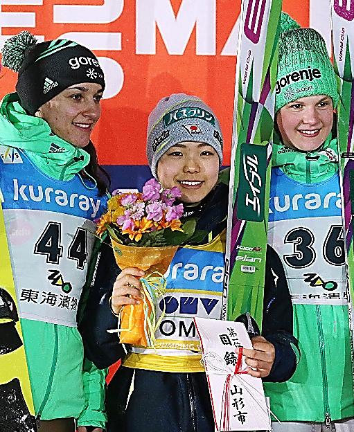 今季6勝目を挙げ、笑顔の高梨沙羅(中央)