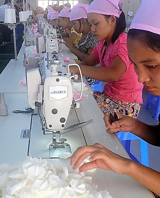 ぬいぐるみ製造・販売のキュートは、縫製の訓練中だ
