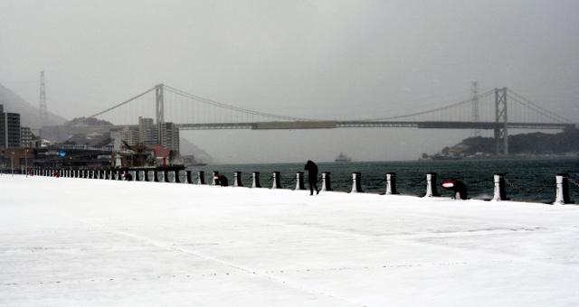 吹雪でかすむ関門海峡=下関市、上山崎雅泰撮影