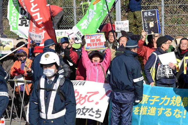 高浜原発前で再稼働に反対する人たち=24日午後0時37分、福井県高浜町、森井英二郎撮影