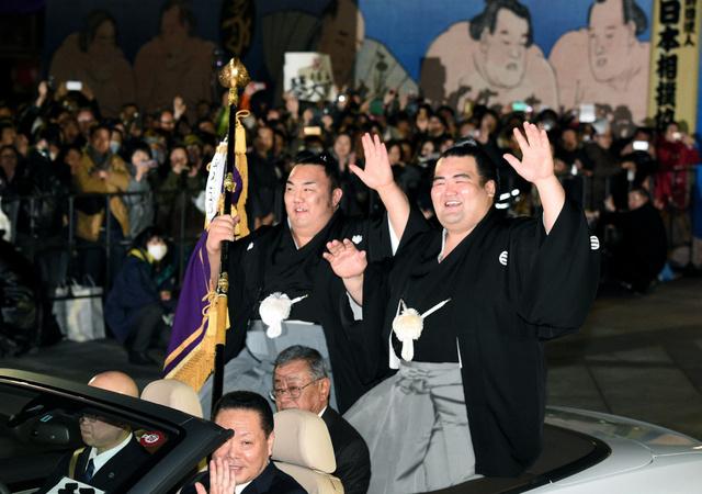 初優勝し、笑顔でパレードに出発する琴奨菊(右)=24日、東京・両国の国技館、諫山卓弥撮影