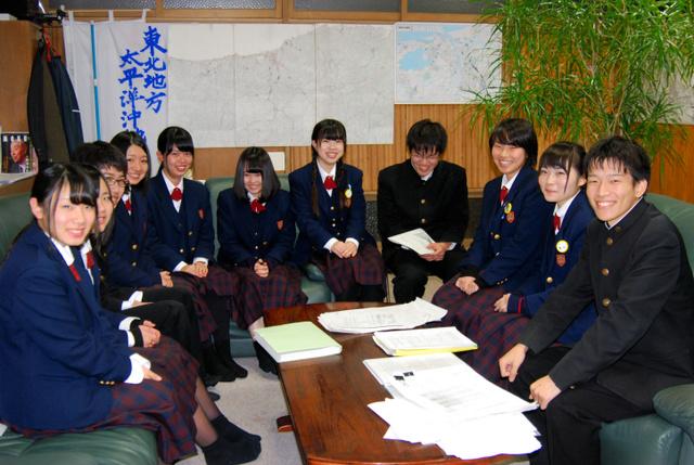 軍政リポート翻訳の取りまとめをした鳥取敬愛高校社会部の生徒たち=鳥取市西町1丁目