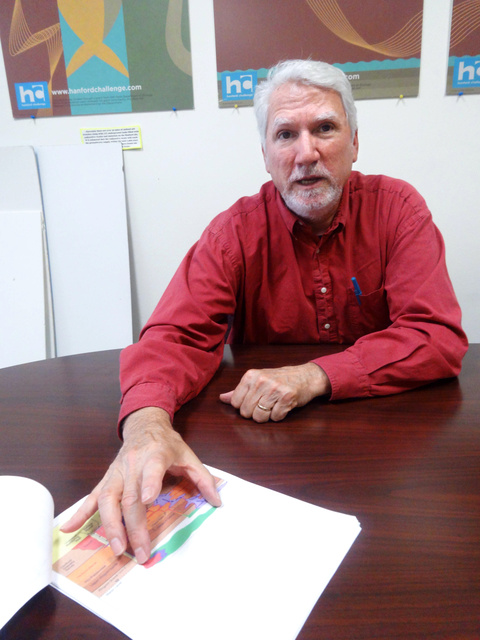 ハンフォード施設の地下水汚染の状況を説明するトム・カーペンターさん=米ワシントン州シアトル、田井中雅人撮影