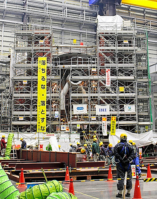 This life-size model of the lower part of a reactor containment vessel at the Fukushima No.1 nuclear power plant is nearing completion in Naraha, Fukushima Prefecture. (Hisashi Hattori)◇福島第一原発の格納容器の下部と同じ大きさで建設中の試験設備=福島県楢葉町、服部尚撮影