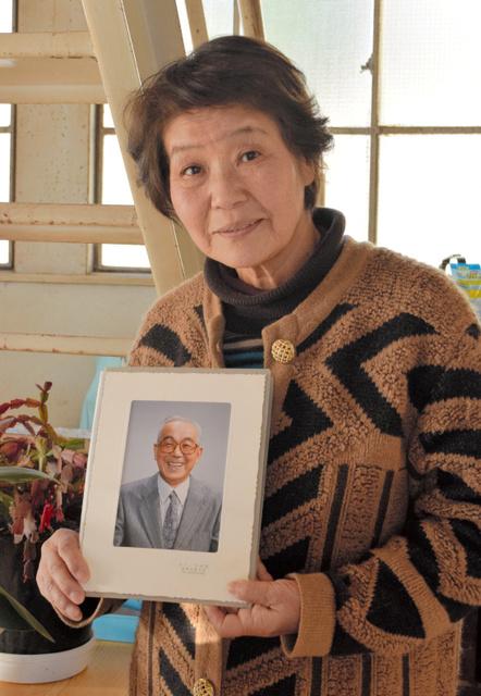 庄四郎さんの写真を手にする田胡瑞恵さん=前橋市