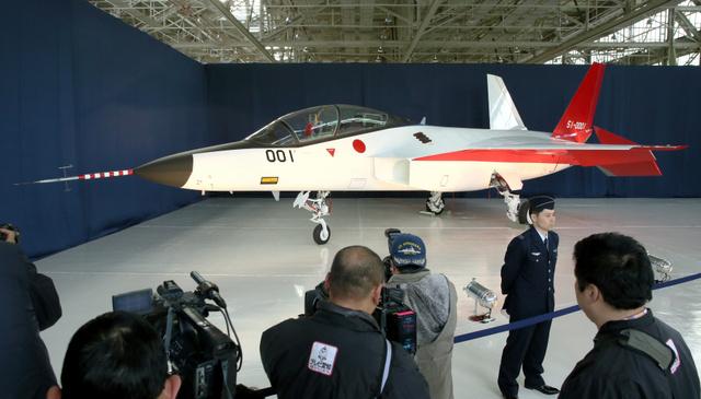 公開された国産ステルス機「X2」=28日午後、愛知県豊山町、細川卓撮影
