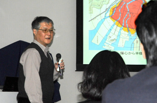 退職講演で約40年の研究生活を振り返る今中哲二助教=大阪府熊取町の京都大原子炉実験所