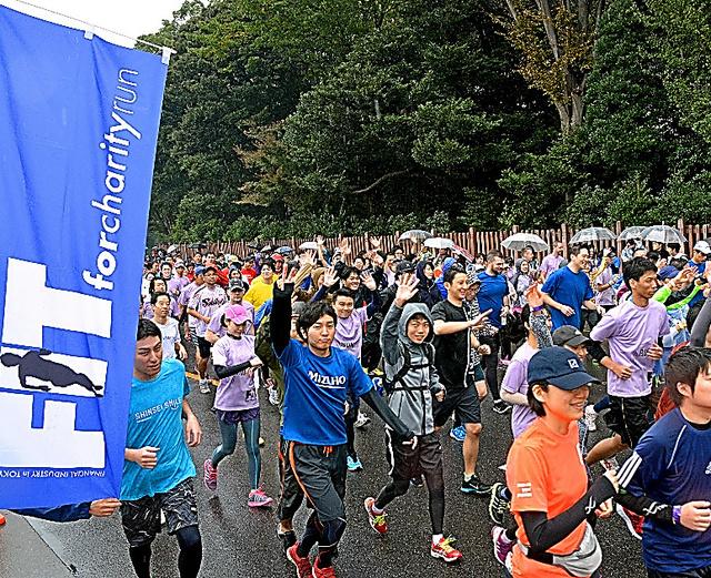 小雨が降る中、5700人以上が参加したチャリティーマラソン=東京都新宿区