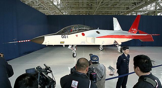 公開された国産ステルス機「X2」=28日午後、愛知県豊山町