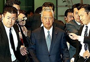 辞表提出のため首相官邸に入る甘利明経済再生相=28日午後6時18分、飯塚晋一撮影