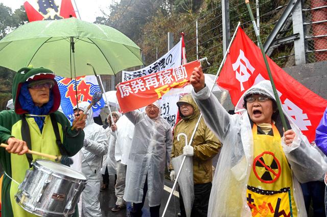 再稼働に反対して高浜原発前で抗議する人たち=29日午前9時5分、福井県高浜町、森井英二郎撮影