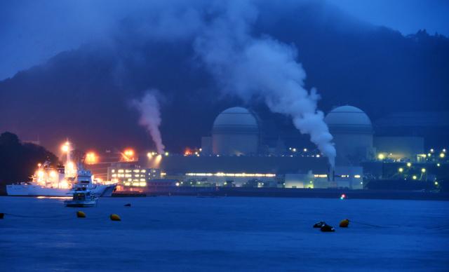 再稼働した高浜原発3号機(右から二つ目)=29日午後5時36分、福井県高浜町、森井英二郎撮影