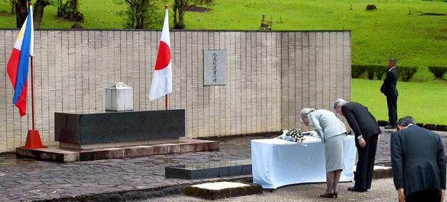「比島戦没者の碑」に供花し、拝礼する天皇、皇后両... 小野田寛郎に関するトピックス:朝日新聞デ