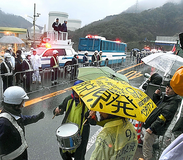 高浜原発3号機の再稼働に抗議する人たち=29日午後5時2分、福井県高浜町、森井英二郎撮影