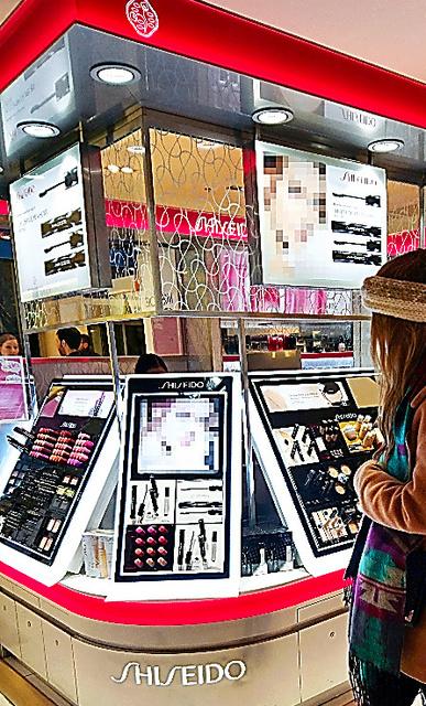 パリの百貨店にある資生堂の売り場。目立つ場所に置かれたマスカラは欧州で売れている=10日(画像の一部を加工しています)