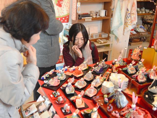色とりどりのうさぎびなに、女性客らは「かわいい」と声をあげていた=福島市