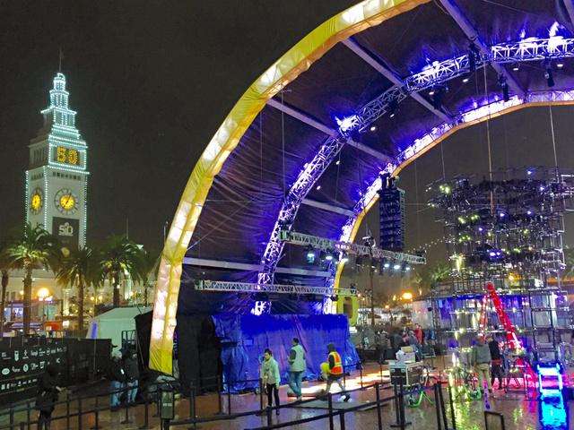 スーパーボウルのイベント会場の設営が進むなか、時計台には50回目を表す「50」が表示された=サンフランシスコ、宮地ゆう撮影
