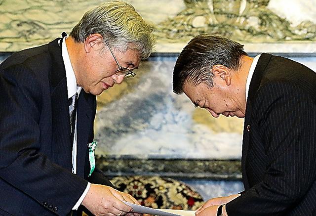 大島理森衆院議長(右)に答申を手渡す諮問機関の佐々木毅座長=14日、国会内