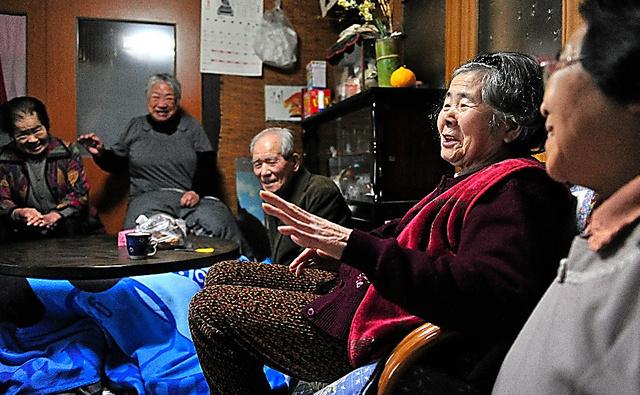 自宅に集まった近所の友人らと語り合う大森せつ子さん(手前から2人目)=石川県、仙波理撮影
