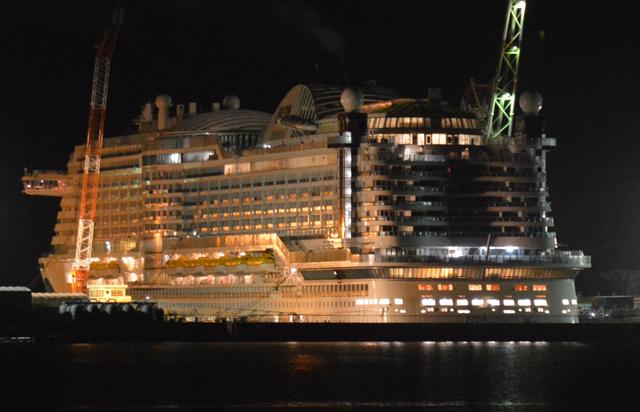 火災があった大型客船=31日午前3時41分、長崎市土井首町、真野啓太撮影