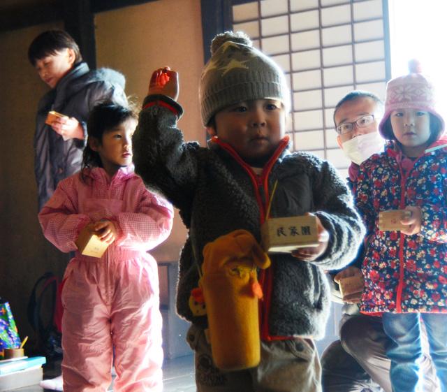 子どもたちは「鬼は外、福は内」と言いながら思い思いに豆をまいた=福島市