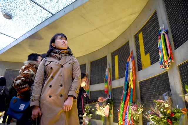 東遊園地の慰霊と復興のモニュメントを初めて訪れた吉井美奈子さん=1月17日午後、神戸市中央区、井手さゆり撮影