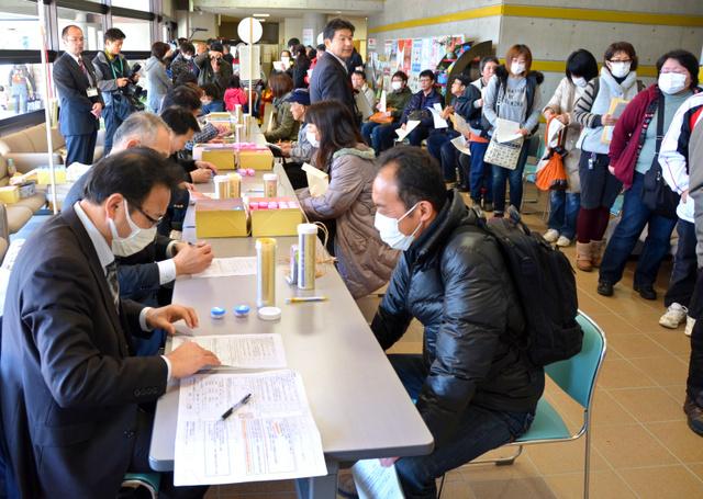 安定ヨウ素剤の配布会場には市民の行列ができた=兵庫県篠山市細工所