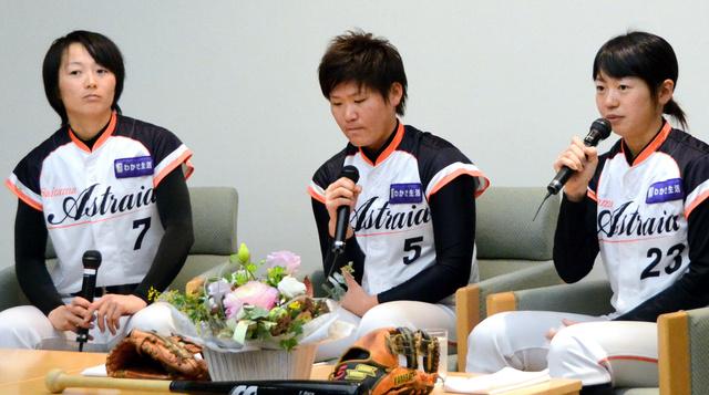 女子プロ野球の「埼玉アストライア」の選手たちも参加。札幌出身の山崎まり選手(左端)は「女子野球がいつか五輪競技になれば」と話した=札幌市中央区