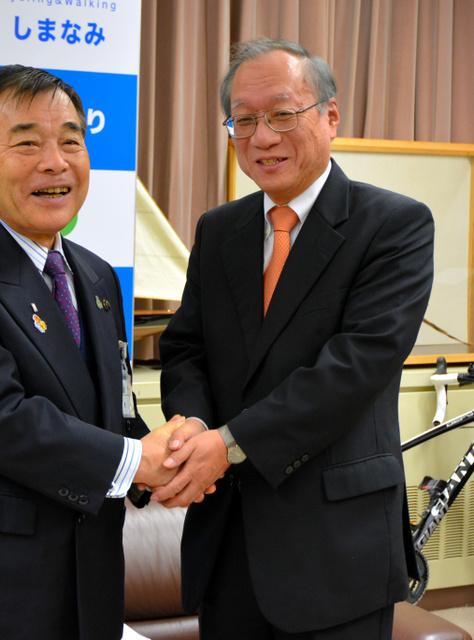 菅良二市長と握手する礒部博昭・パナマ駐在大使(右)=今治市役所