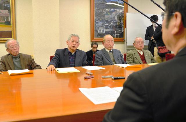 田上富久・長崎市長(右)と面談する被爆5団体の代表者ら=長崎市役所