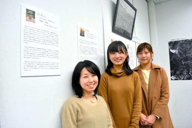江口淳二さんの体験を聴き、展示でまとめた(左から)淵ルリ子さん、柏原由紀乃さん、萩彩乃さん=長崎市坂本1丁目