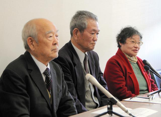 DVDの制作発表でそれぞれの原爆体験について話す「県原爆被害者の会」の会員たち=県庁