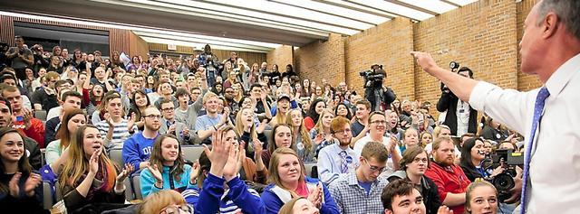 民主党の党員集会に集まった有権者ら=1日、米アイオワ州デモイン、ランハム裕子撮影
