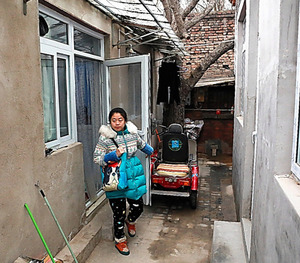 自室から外門に通じる中庭に出る李雪さん。陳情を繰り返していた頃は外門から中庭を監視され、敷地内に入られたこともあったという=北京、平賀拓哉撮影