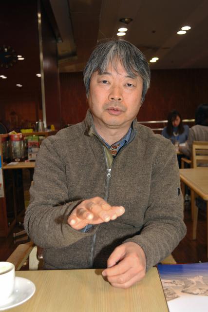 インタビューに答える伊東英朗さん=松山市