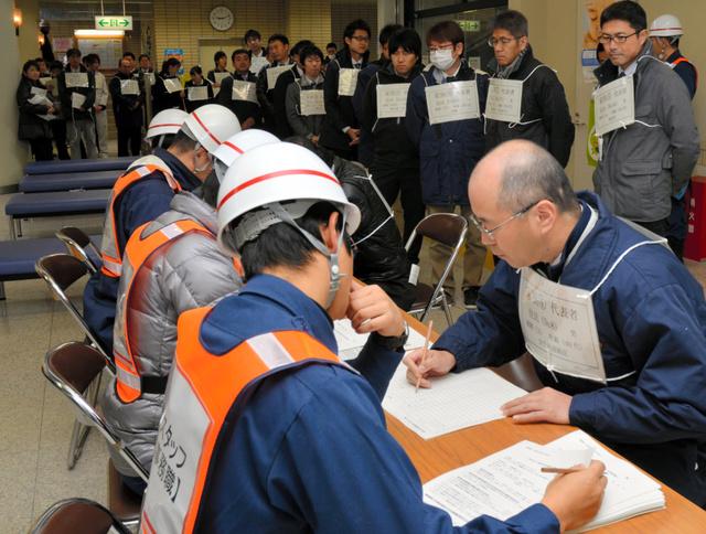 ヨウ素剤配布会場の受付には長い行列ができた=掛川市三俣の大東保健センター