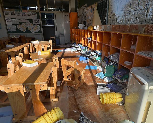 机やいすが雑然としたまま、時を止めたような熊町小学校の教室=2015年12月12日午後、福島県大熊町、仙波理撮影