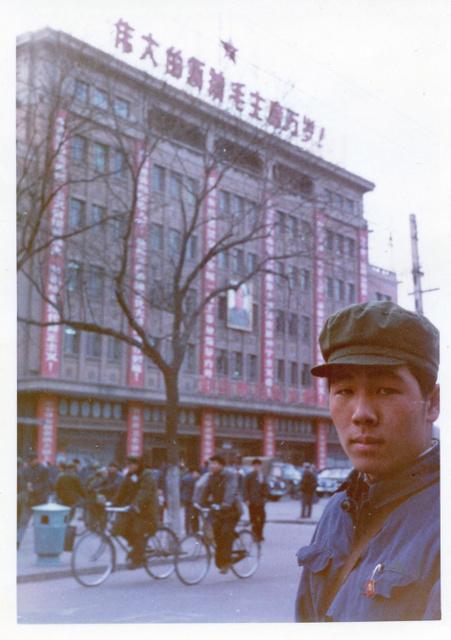 北京の繁華街、王府井で。ビルには「偉大なリーダー毛主席万歳」の文字=1960年代末、徳地さん提供