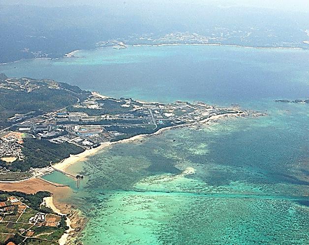 沖縄県名護市辺野古のキャンプ・シュワブ沿岸部=2010年4月、本社機から
