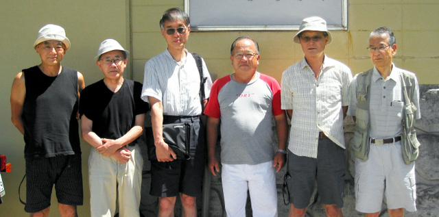 6人は年1度、原発の建設反対運動で知り合った和歌山県日高町の民宿に集まるのが恒例だった。左から川野さん、小林さん、小出さん、1人おいて、今中さん、海老沢さん=2012年8月、今中さん提供、背景を一部修整しています
