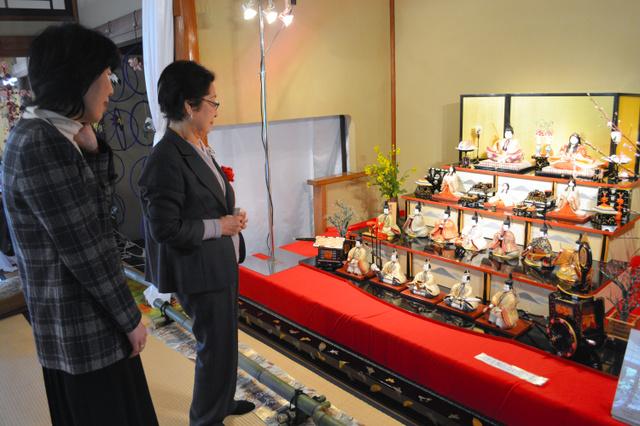 長府庭園に飾られたひな人形に見入る寄贈者の中部洋子さん(左)=下関市