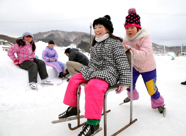復活した「田んぼリンク」で、スケートの授業を受ける川俣小学校の子どもたち=5日午前、福島県川俣町、林敏行撮影
