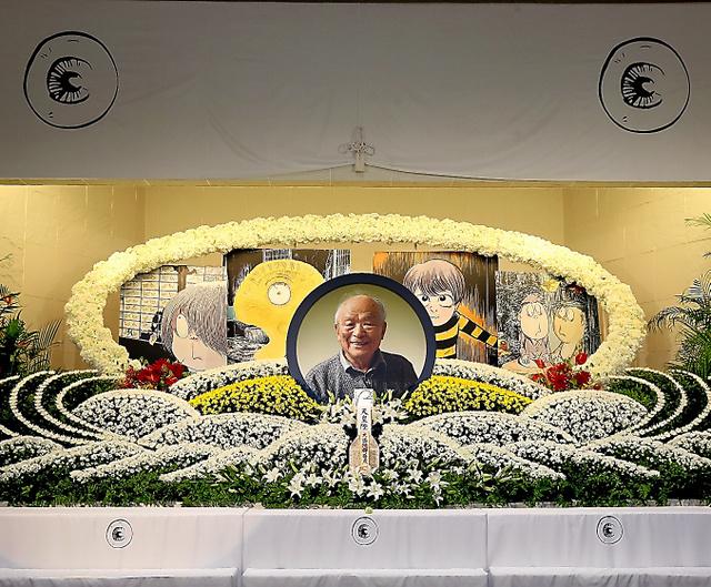 作家の京極夏彦さんがデザインし、「水木しげるサン お別れの会」に用意された祭壇=1月31日、鬼室黎撮影