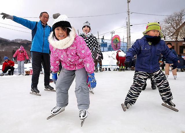 復活した「田んぼリンク」で、スケートの授業を受ける川俣小学校の子どもたち=5日午前、福島県川俣町