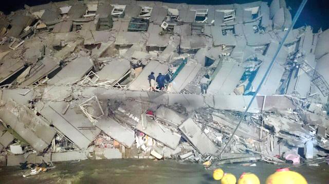 台湾南部の台南市で6日、地震で倒壊したオフィスビル=AP