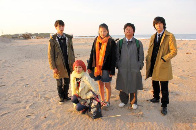 「LIVE! LOVE! SING!」から。神戸に避難中の主人公、水島朝海(石井杏奈=右から3人目)が久しぶりに故郷に戻ってくる(C)2015 NHK