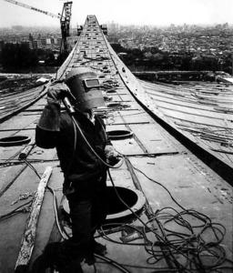 (東京五輪物語)わたしの一枚 建設進む代々木競技場 大屋根の先、未来が見えた