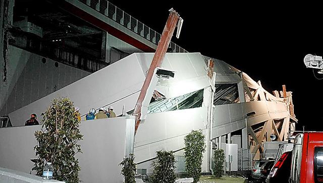 駐車場のスロープが倒壊したコストコ多摩境店=2011年3月11日夜